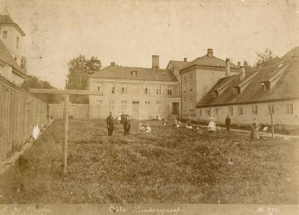 Fra luftegården på Oslo hospital ca.1870-1880. Foto: Per Adolf Thorén/Oslo museum.