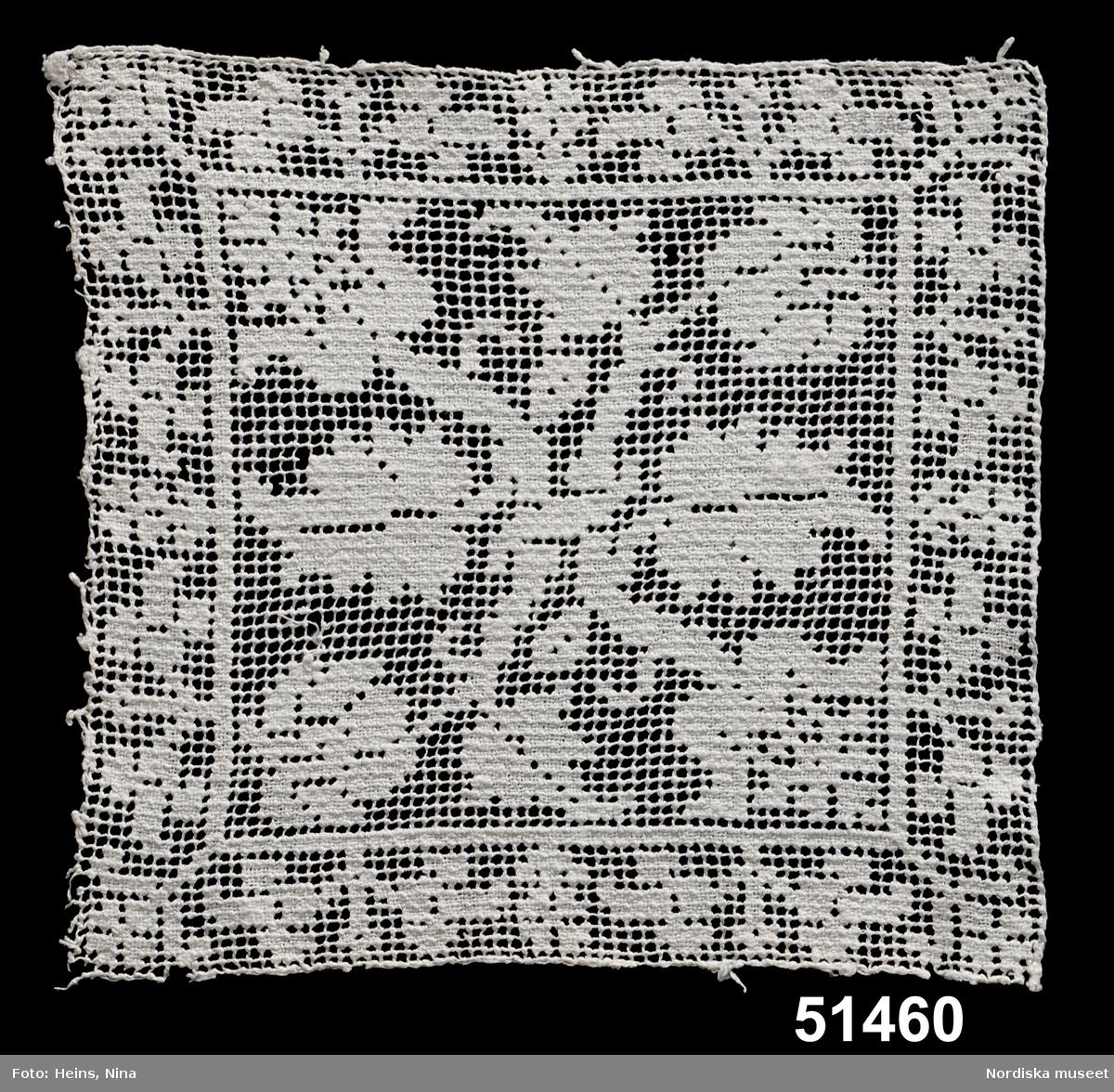 Broderi, knutet och trätt (filetbroderi). S-tvinnat lingarn. Kvadratisk ruta i knutet nät av 2-trådigt lingarn med 2 mm stora maskor. Bård och inramad mittspegel med bladornament i dubbel trädning. /Berit Eldvik 2003