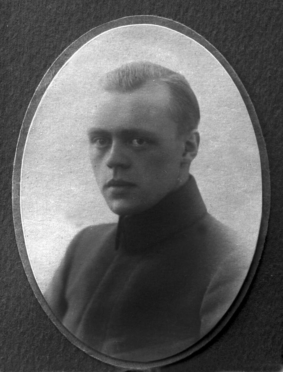 Portrett, fire eksponeringer, mann i kadettuniform. Leif Andersen.