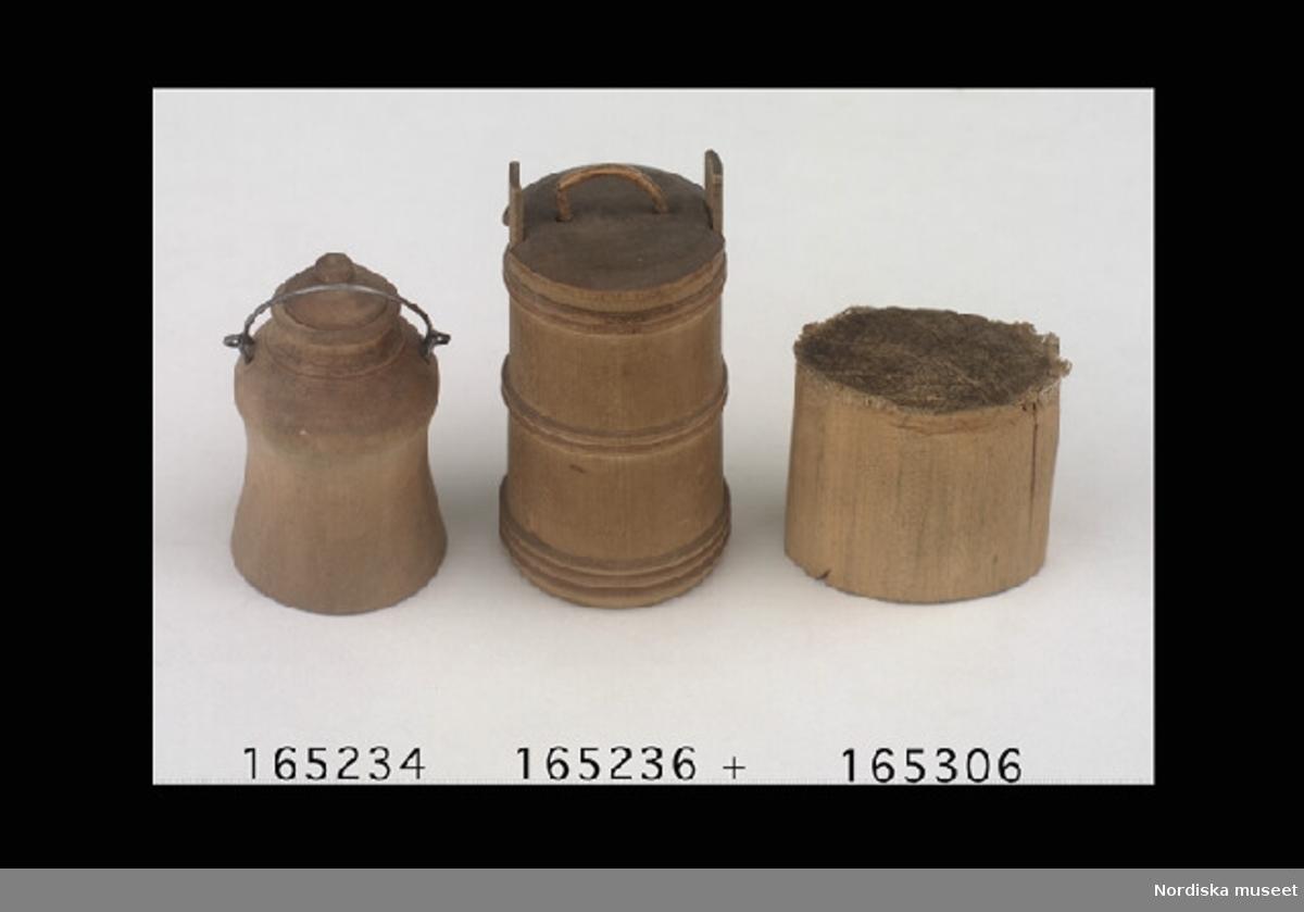 Inventering Sesam 1996-1999: H 7,5 cm Diam 3,7 cm Smörkärna, s.k. ståndkärna, av svarvat trä, lock med handtag. (någon stöt finns ej) Tillhör dockskåp 165.280 Bilaga Leif Wallin 1996
