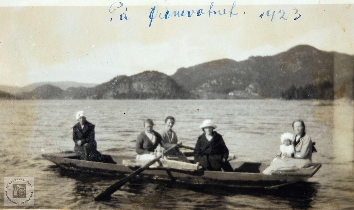 Damer på båttur på Øydnevannet i Audnedal.