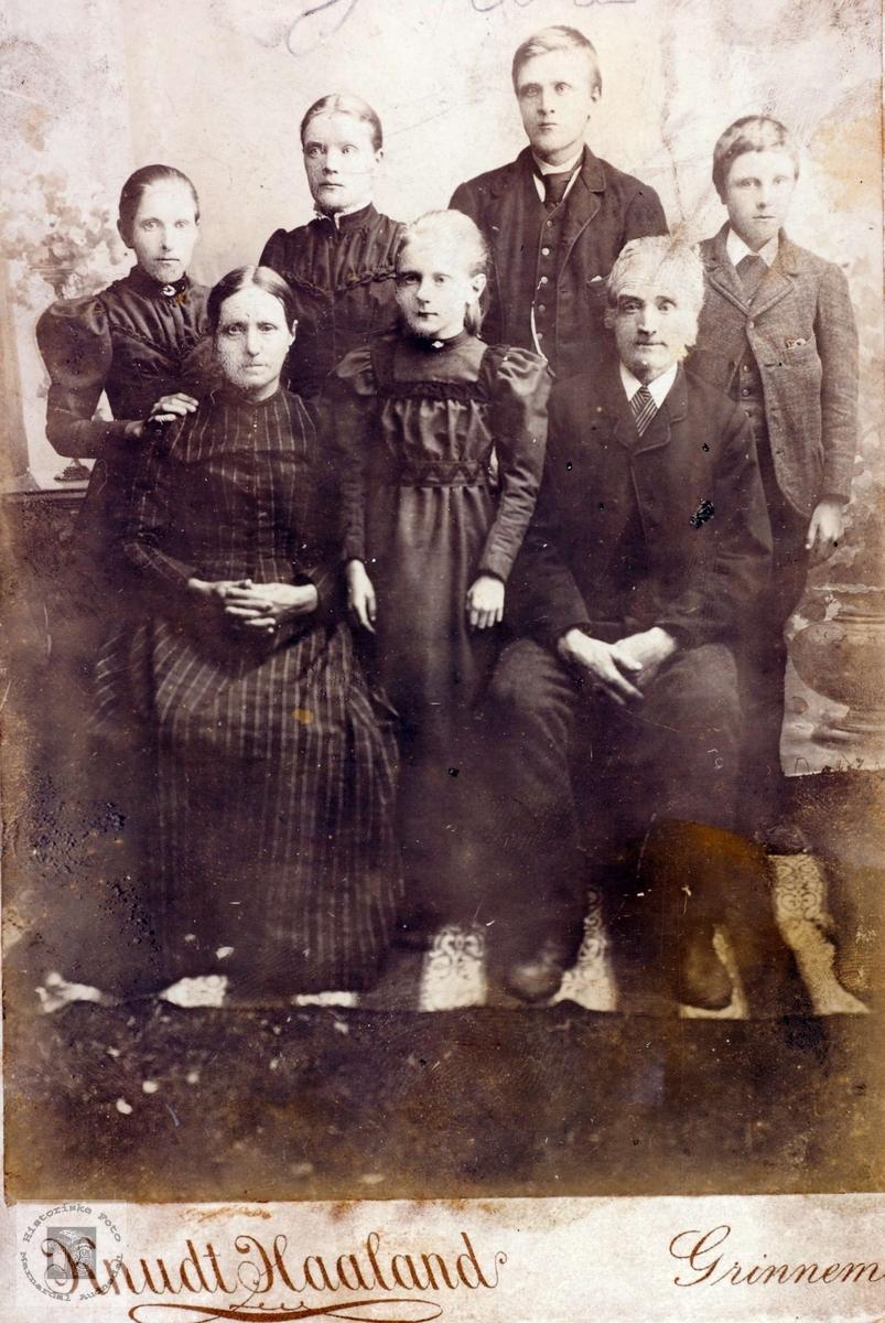Portrett av familien Øydna. Grindheim Audnedal.