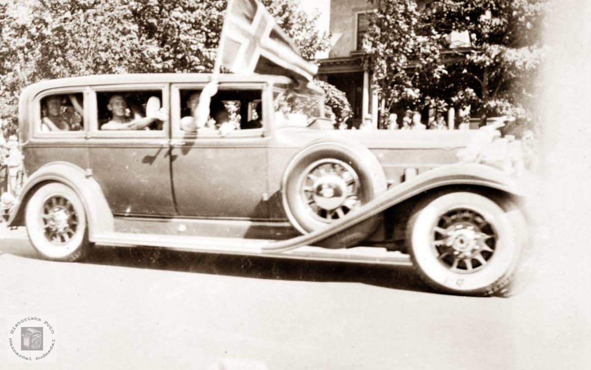 Nordmenn i luxusbil i USA.