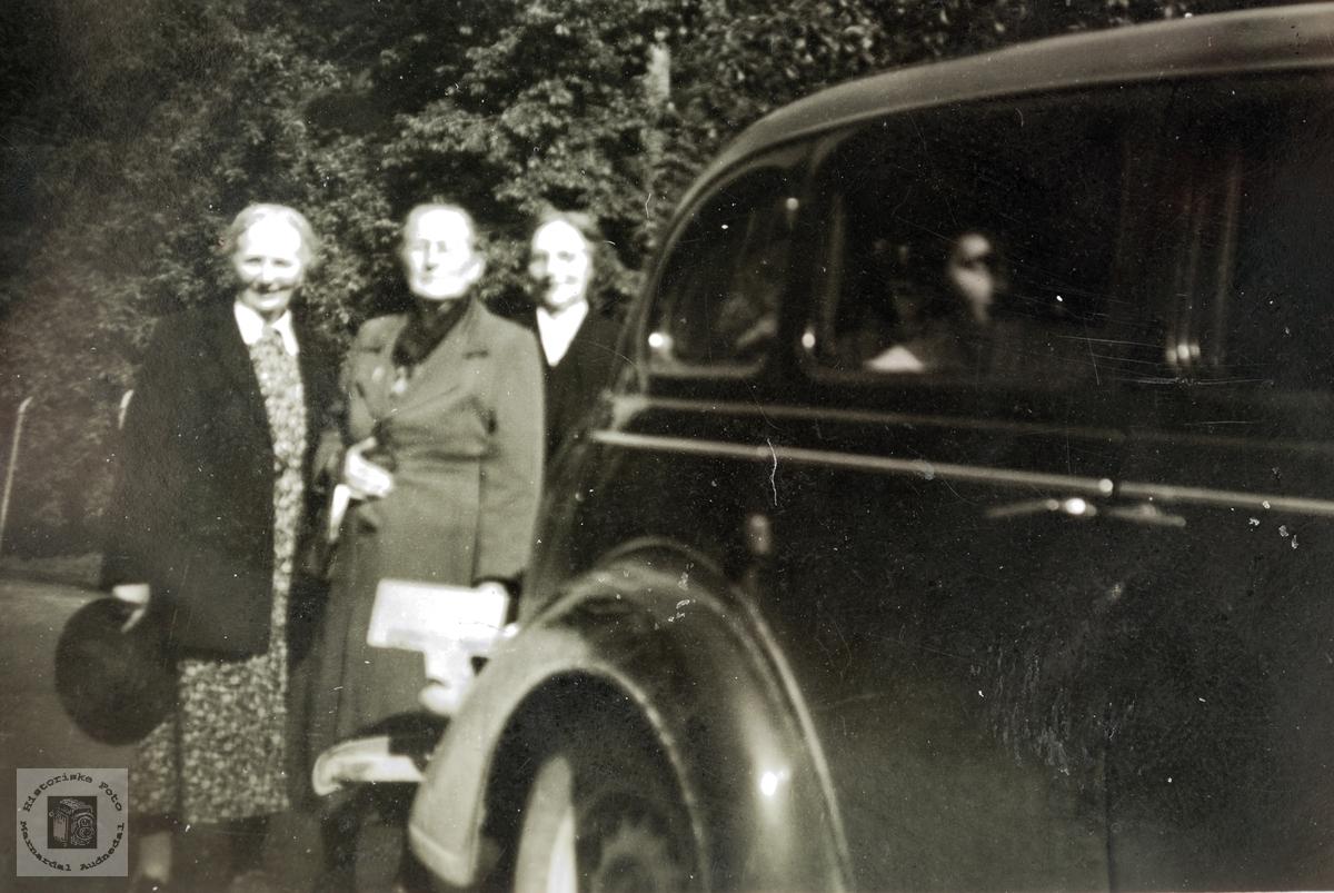 Tre damer på biltur. Audnedal Bjelland.