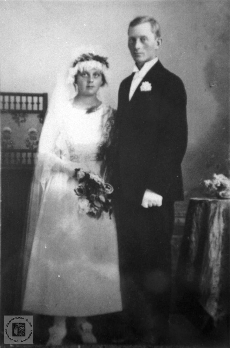 Portrett av brudeparet Jorand og Knut Fjellestad.
