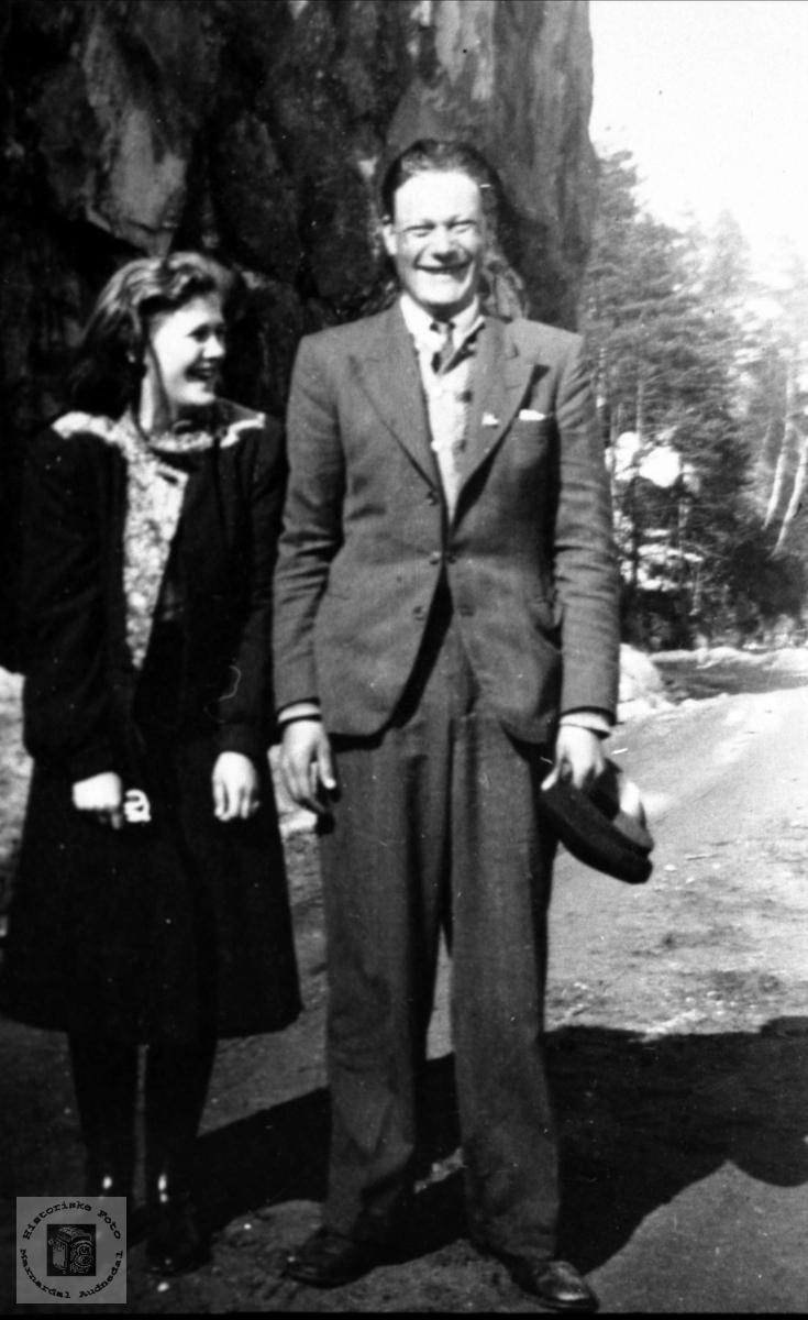 Venner. Karen Follerås og Oskar Karlsen, Laudal.
