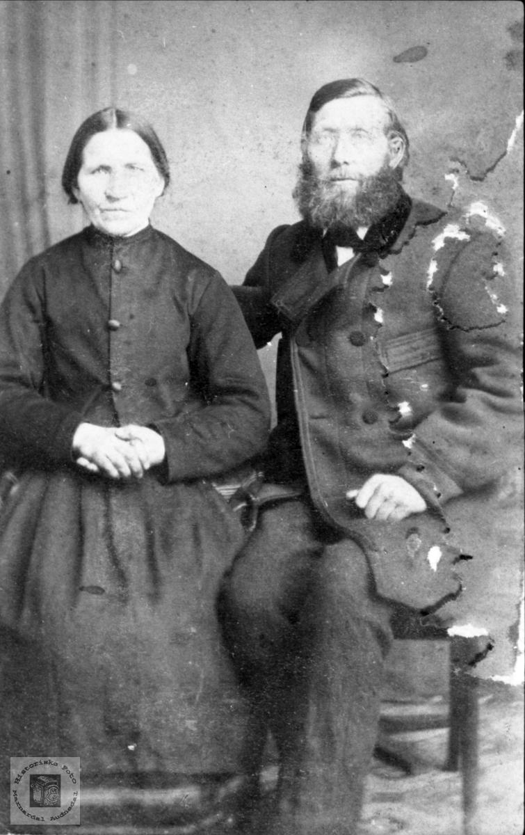 Portrett av ektepar. Anna Olsdtr. og Ole Christensen Fidje, Laudal.