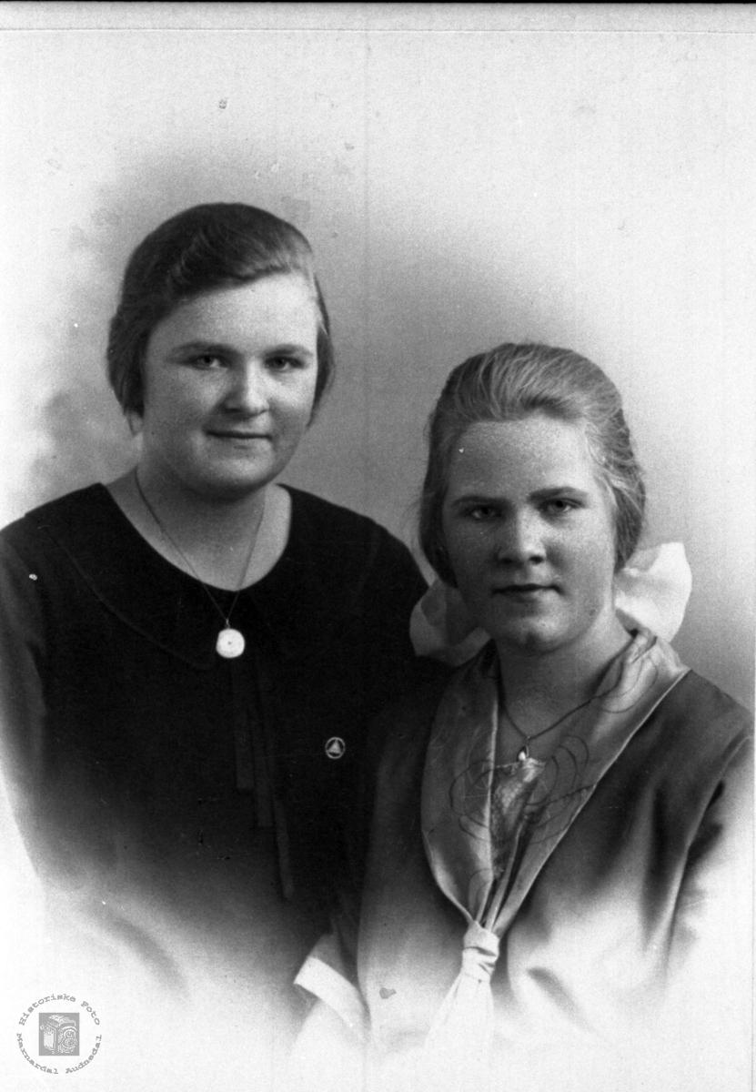 Portrett av søstrene Gunda og Berta Osmundsdr Høye, Øyslebø.