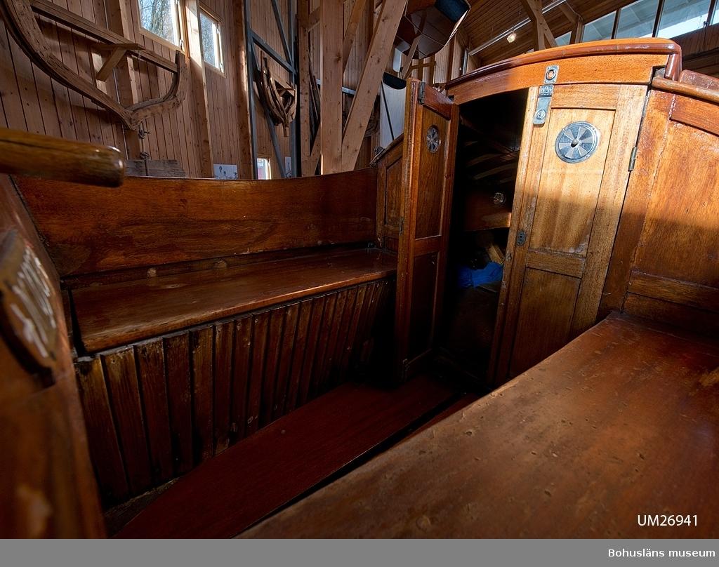 """Spetsgattad. Klinkbyggd. Bord och spant av ek. Borden är nitade. Däck av oregonpine. Ruff av mahogny och oregonepine (taket). Masten (H 10,3 m) och bommen (L 3,1 m) är gjorda av oregonpine. Tidigare var båten gaffelriggad men i samband med en ombyggnad 1952 fick hon däck, ruff och en ny modern rigg samt kryssfock och storsegel av bomull tillverkat av Hasses segelmakeri i Göteborg, se UM026494 - UM026495. Se Länkade filer under Tilläggsinformation. På sittbrunnens sarg sitter en namnskylt i trä; """"NYMF"""". Ett blått kapell, sprayhood, med två vita stänger från 1980-tal samt en båtshake förvaras i ruffen. Se Länkade filer under Tilläggsinformation.  Båten ägdes på 1930-talet av Karl Otto Jonasson. År 1941 sålde han den till Folke Gunnarsson och Rune Olsson. Fem år senare köpte Folke ut Rune. Folke var med i Segelsällskapet FRAM i Göteborg. Båten kallades Nymf och hade nr 64 i segelsällskapet FRAM. År 1988 tog Karl-Erik Karlsson över båten.  Enligt Sveriges befolkning 1900 heter båtbyggaren Karl Alfred Fredriksson Stjërn, född i Kville 1857.   Litteratur:  Börjesson, E, Börjesson, L., Dunér, m fl.: Kostern. Segelsällskapet Fram 100 år. 1896-1996. Göteborg 1996. Sörenson, Reiners: Stjerns båtbyggeri på Galtö. Ur Träbiten nr. 93, Föreningen Allmogebåtar, Göteborg 1996. Hasslöf, Olof: Svenska Västkustfiskarna, Stockholm 1949, sidan 296 ff, Fredriksen, Christine: EBBA och NYMF - nöjesbåtar vid Bohuskusten. BOHUSLÄN. Årsbok 1999. Handel och hantverk. Bohusläns Hembygdsförbund och Bohusläns museum, s. 87-104.  Se Bilagepärmen UM26491: Träbiten nr 93 samt information från Segelsällskapet FRAM. Gaffel och äldre bomullssegel finns el. uppgift från givaren kvar. Uppgifterna kompletterade 2002-09-06/A-LS  Se Bildarkivet UMFA55001:1, familjebild från 1934 samt UM031358, prispokal från 1935."""