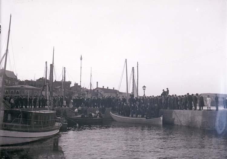 """Enligt text som medföljde bilden: """"Demonstranter på ångbåtsbr. (för arbetaroroligheter)  Juni 08 Lysekil."""""""