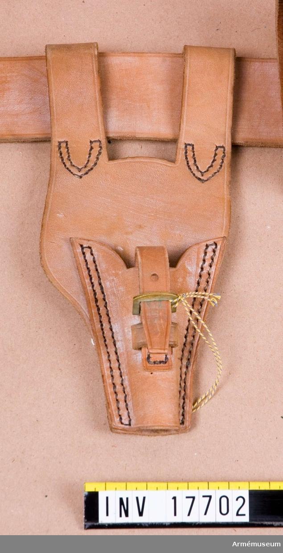 Grupp C 1 Ur uniform m/typ 1923 (blå) för manskap för 24. infanteriregementet förlagt i Paris, Frankrike, bestående av: vapenrock, byxor, kappa, benlindor, halsduk, hjälm, livrem med patronväskor, hängslen, bajonetthylsa, bärremmar, ränsel av kanfas, kokkärl, tältduksdelar, tältstångsdelar, tältpinne, filt, dricksflaska med yllefoder, mattornister, kängor, skjorta, dödsbricka, gevär med bajonett plus figur. Bajonetthylsa med två öglor av brunt läder, rörlig, med mässingsspännen på hylsan, med vilka man kopplar bajonettbaljan vid hylsan. Bajonetten är för Lebelgevär m/1886.