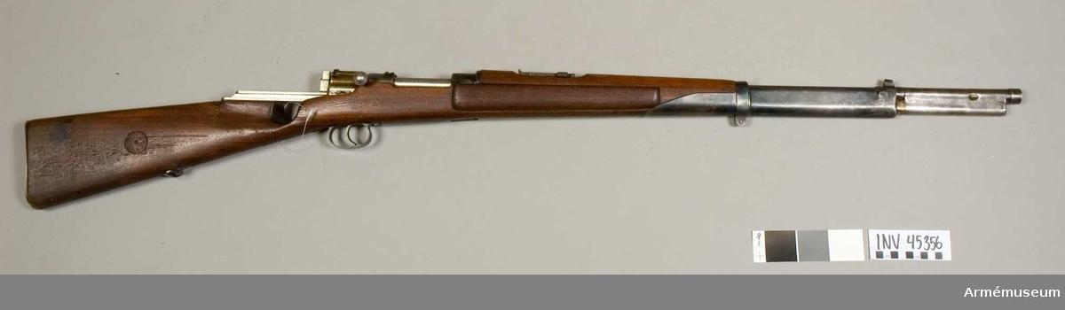 Grupp E IV e. Halvautomatiskt gevär. Försök till förändring av gevär m/1896 till automatgevär. 1940-tal. Kaliber 6,5 mm. Stocken delvis förändrad. Ursprungliga magasinet för 5 skott. Tillverkningsnr saknas. Okänd konstruktör.