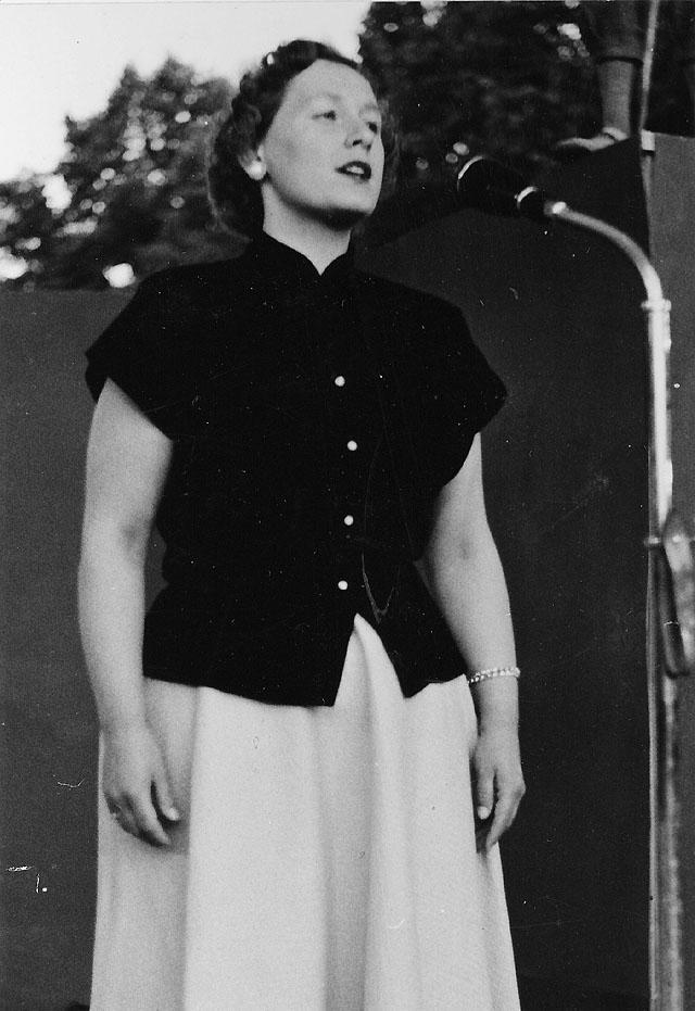 Ingrid Larsson, bankavdelningen, läste en dikt av f d postassis-tenten Bo Bergman.