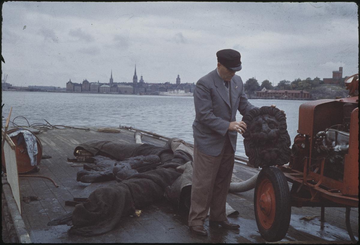 Fartyg: VASA                            Byggår: 1626-1628 Övrigt: Dykarbasen Per Edvin Fälting håller upp en bärgad lejonmaskaron. De första konsthistoriskt värdefulla fynden gjordes 1957 när man startade drivningen av tunnlarna under skeppet.