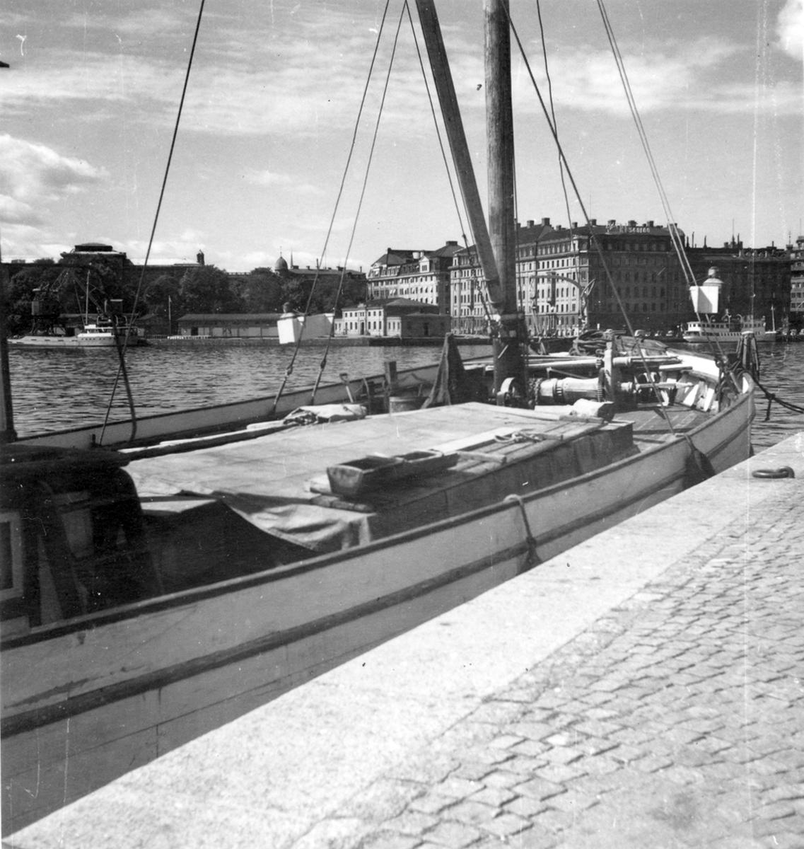 Uppland, Stockholms län, Frötuna skeppslag, Länna socken, vedjakten Pärlan, liggande vid Strandbvägen, Sthlm.