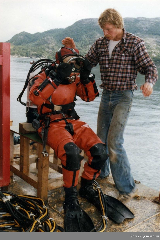 """Dykker i Viking konstant volum drakt.   Han assisteres av Kjell Glendrange under en Condeep """"Dowel Job"""" i Gandsfjorden ved Stavanger for dykkerselskapet Willco as."""