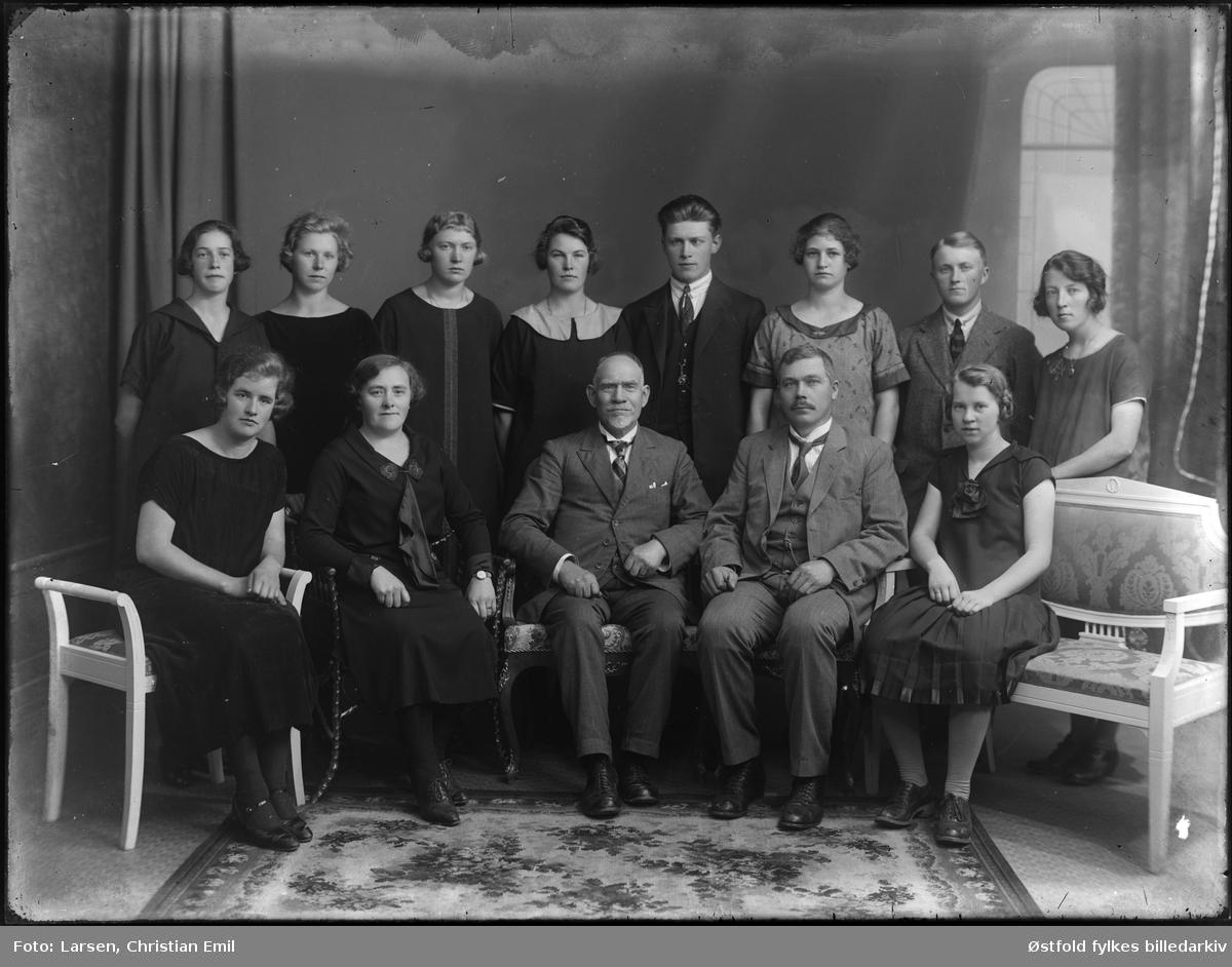 Gruppeportrett hos fotografen, datert 1926. Ukjent familie.