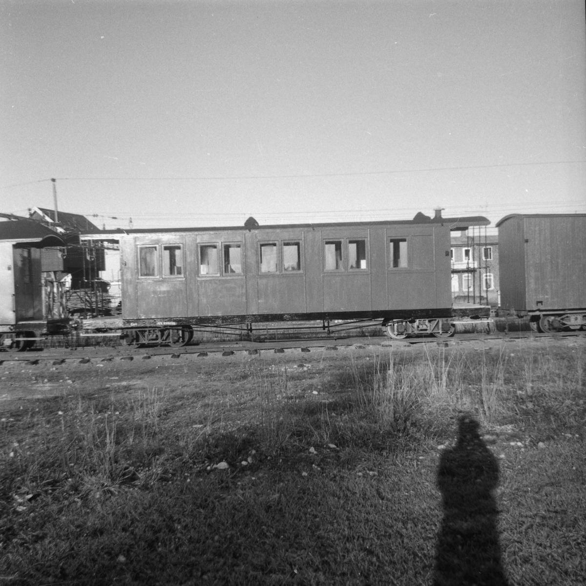 En nymalt personvogn Co 1 på Sørumsand Verksteds område.