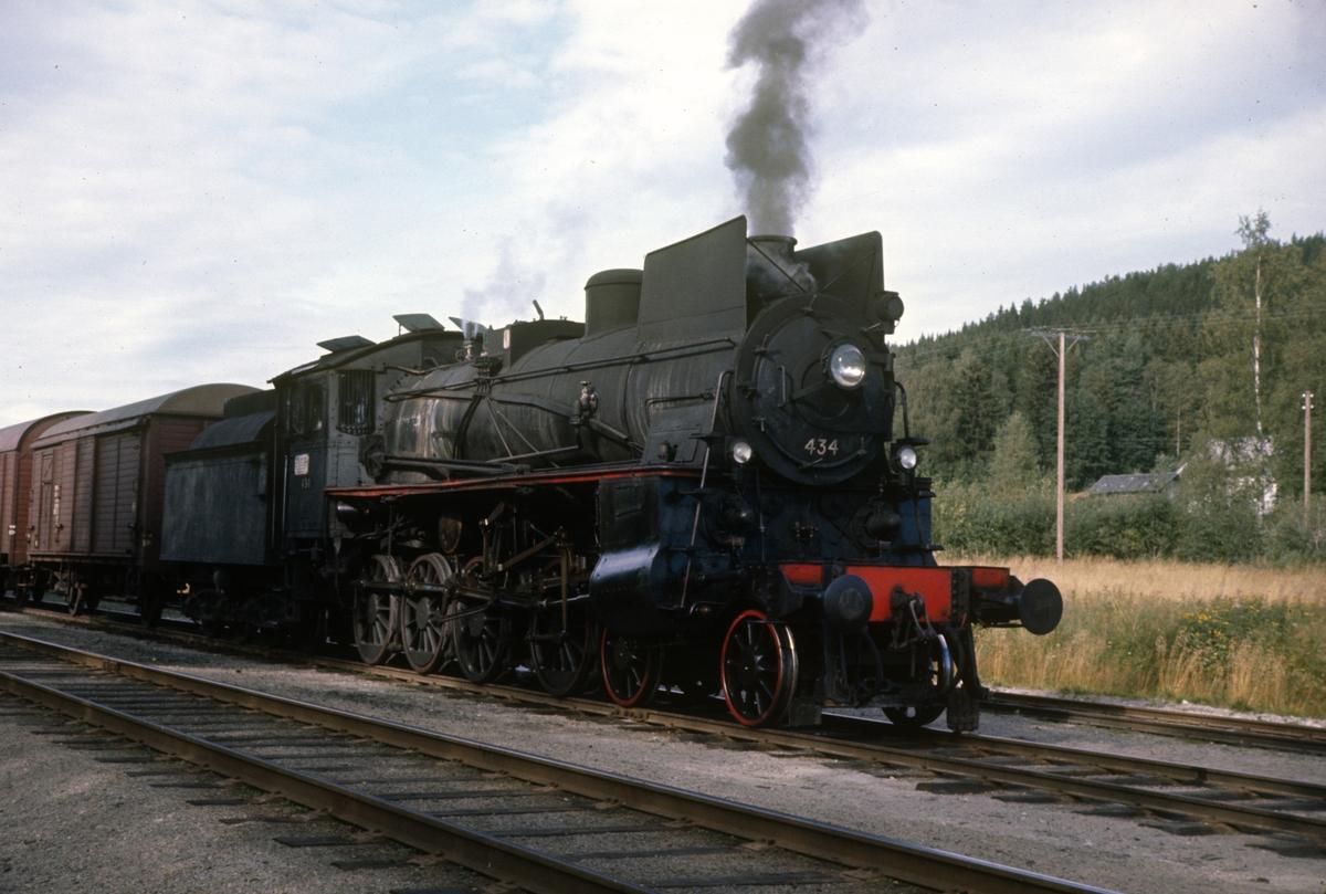 Damplok 26c nr. 434 med godstog på Arneberg stasjon, Solørbanen.