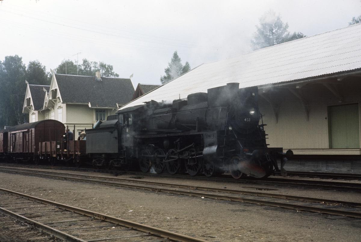 Godstog fra Kongsvinger til Elverum står på Flisa stasjon. Damplokomotiv type 26c nr. 433.