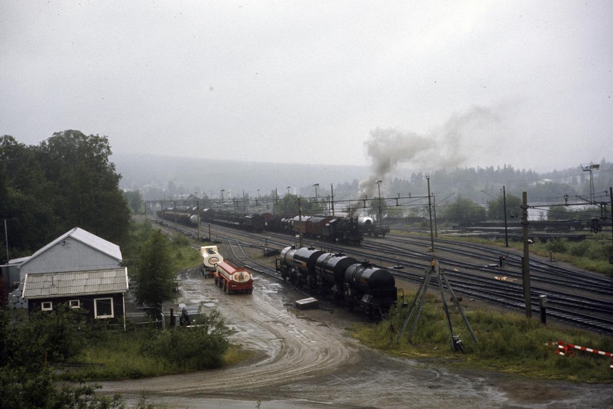 Godstog på Kongsvingerbanen og godstog til Solørbanen side om side på Kongsvinger stasjon.