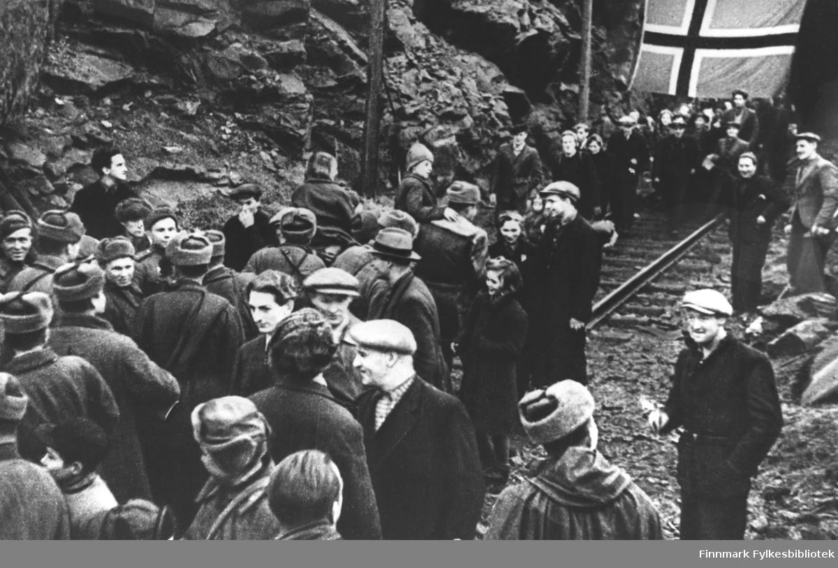 Russerne har frigjort Sør-Varanger, og folk flytter ut av gruven hvor de har bodd på slutten av krigen. Stedet er Bjørnevatn. Folk møter russiske soldater ved gruven.
