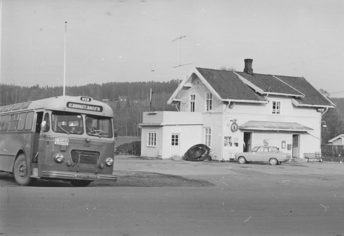 Fra Bjørkelangen stasjon noen år etter nedleggelsen. Aktive medlemmer i Urskog-Hølandsbanen har lånt lastebil av NSB og samler inn gjenstander fra stasjoner langs den nedlagte banen.
