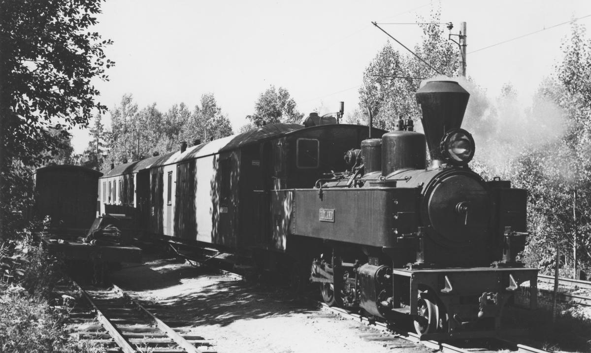 Museumstog på Bingsfoss stasjon trukket av lok 6 Høland