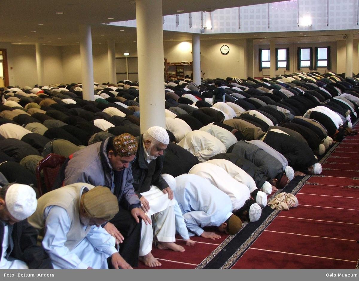 Islam, moske Central Jamaat-e Ahl-e Sunnat Norway, Id al-adhan fering, store id, interiør, menn, bønn, bønnelue, tepper, qibla.