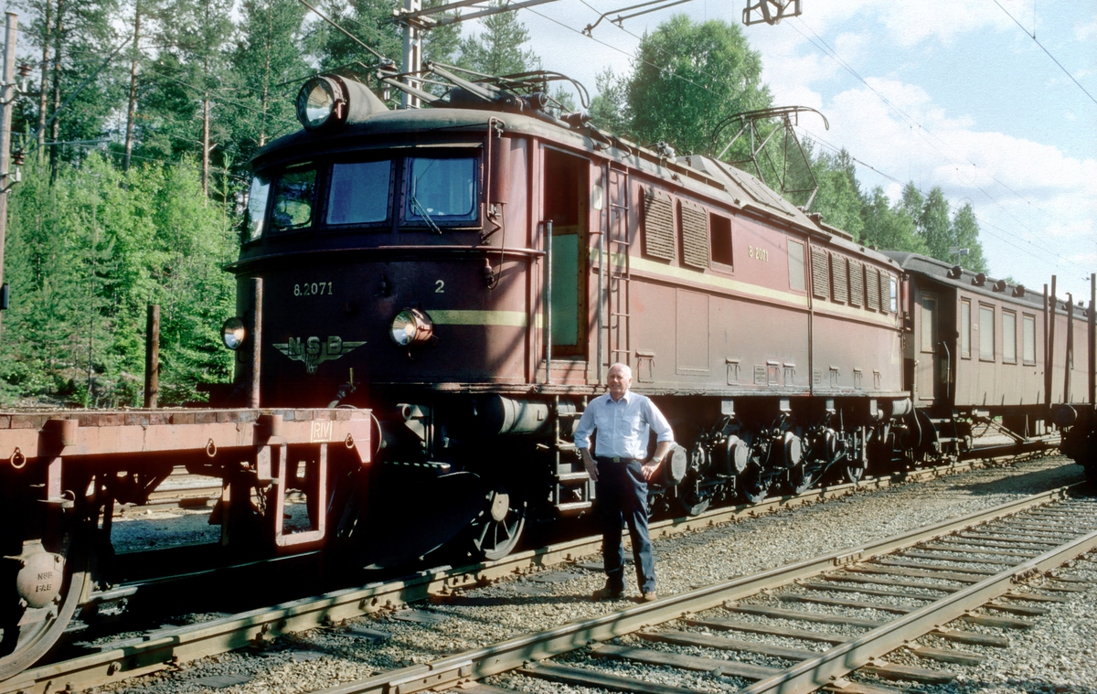 Tinnoset stasjon. NSB elektrisk lokomotiv El 8 2071.