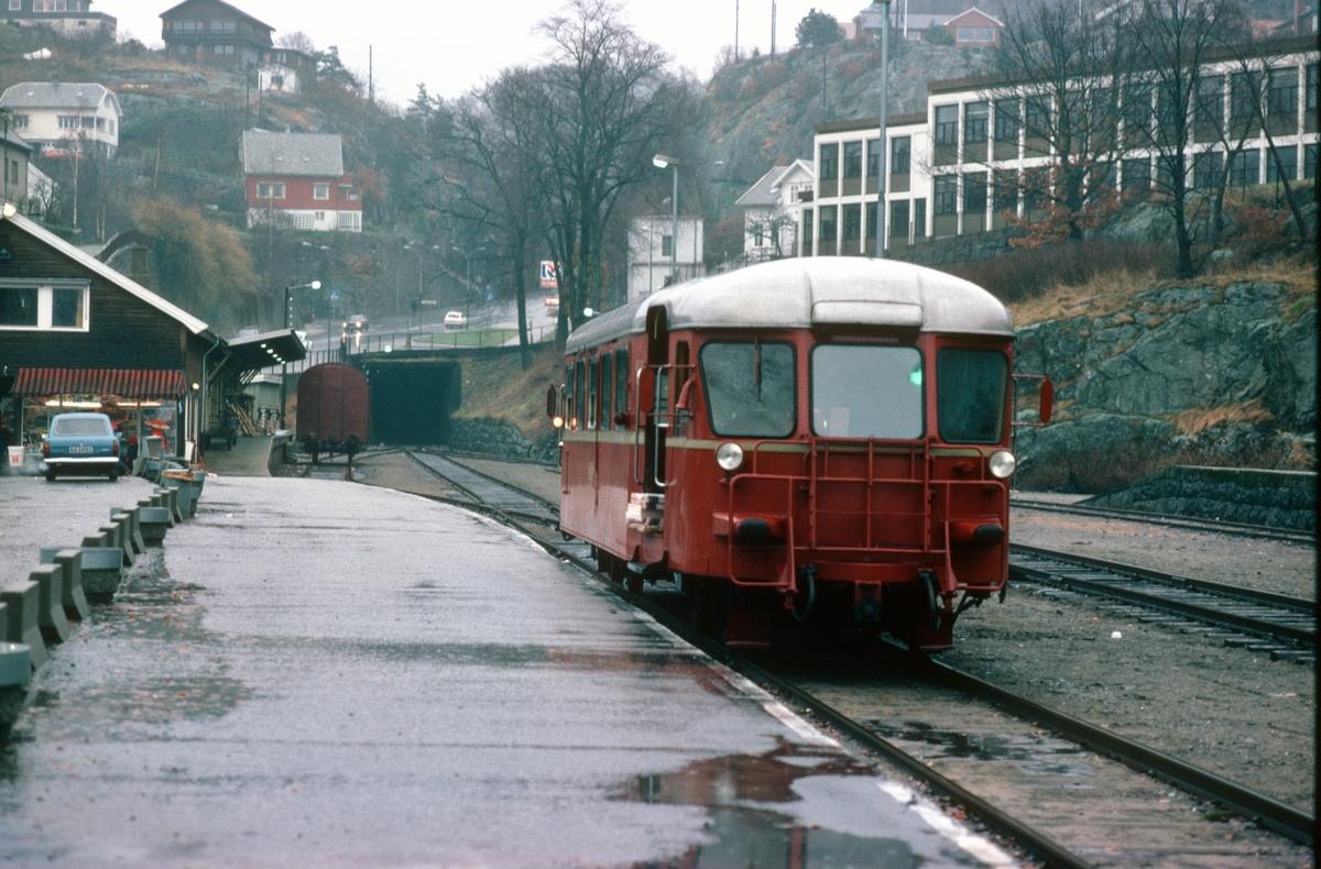 Flekkefjord jernbanestasjon. NSB motorvogn BM 87.01
