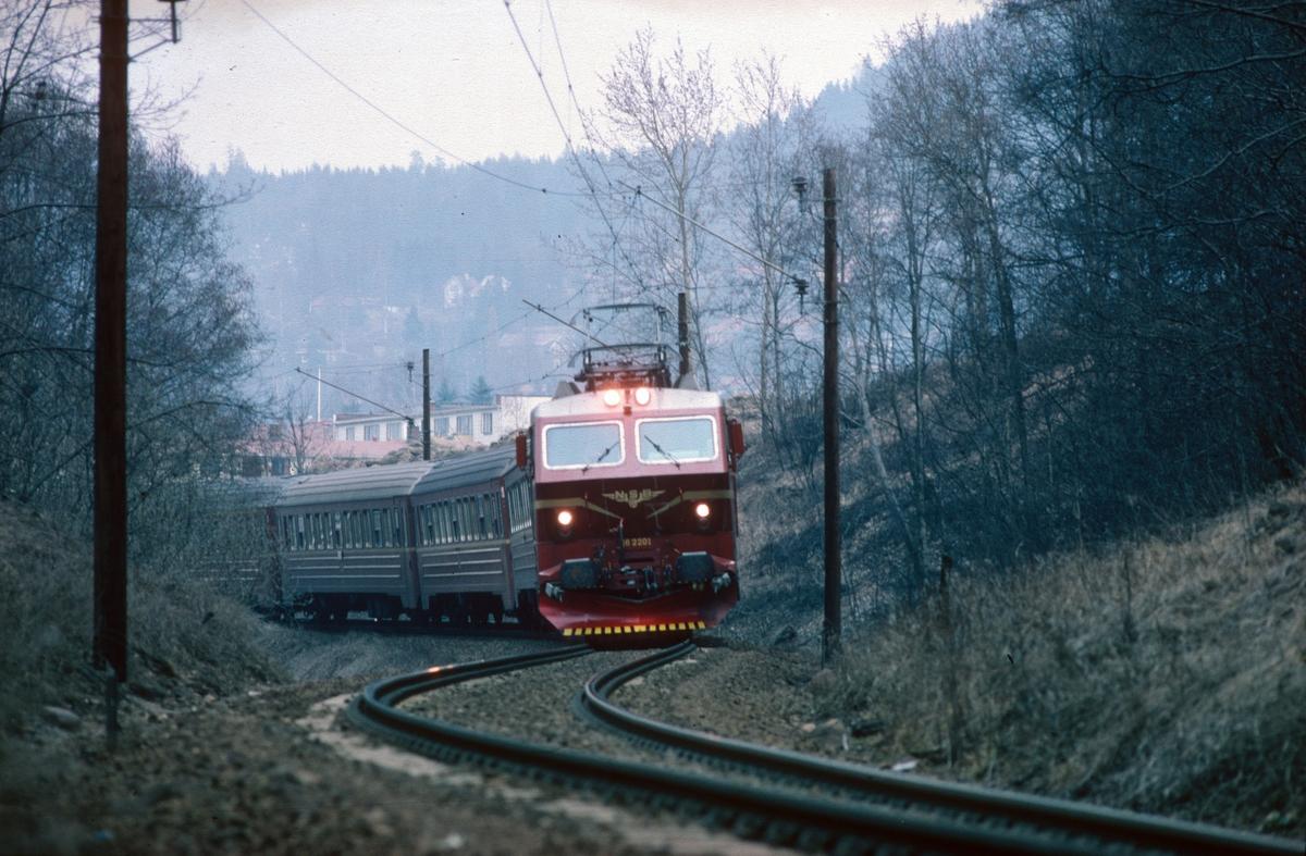 Gjøvikbanen ved Kjelsås. Ekspresstog 62 Bergen - Oslo S med NSB elektrisk lokomotiv El 16 2201.