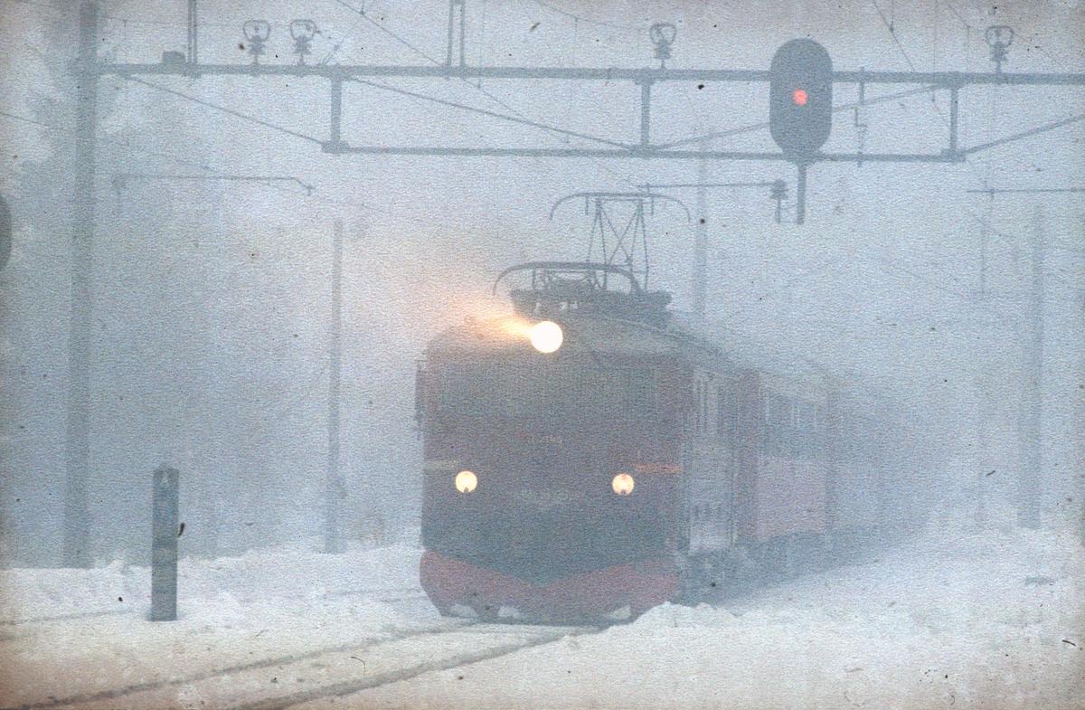 Movatn stasjon. Persontog til Gjøvik med NSB elektrisk lokomotiv El 11 2145. Tåke.