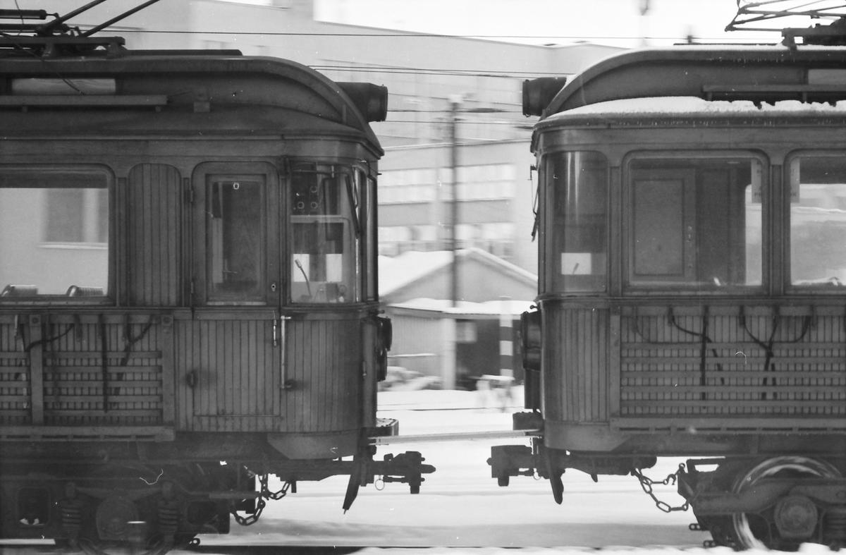 A/S Holmenkolbanen. Skifting på vognhallområdet Majorstuen. Vognene 31 og 37 type 1909.