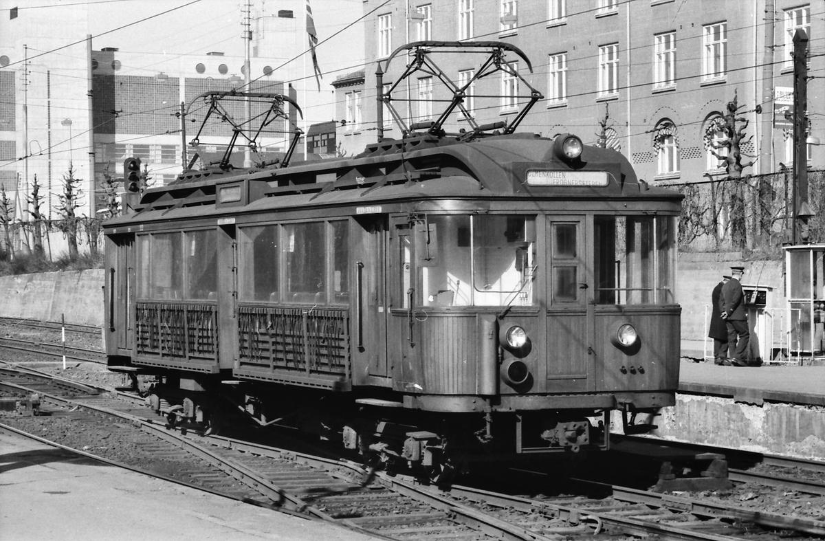 A/S Holmenkolbanen. Vogn 103, type 1916 (Skabo, Westinghouse, HKB verksted). Opprinnelig tilhenger, ombygget til motorvogn med midtinngang 1918. Ombygget til gjennomstrømningsvogn 1956.