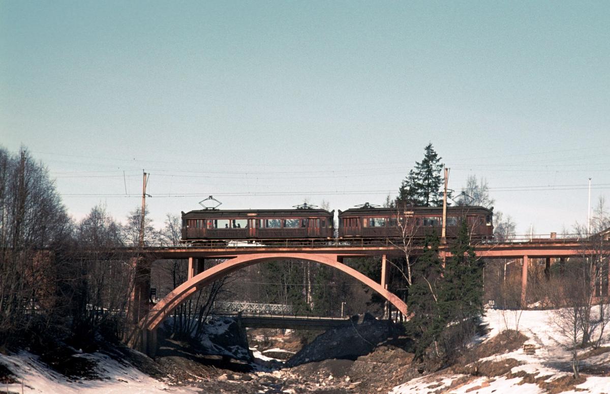 A/S Holmenkolbanen. Røabanen. Grinidammen. Grini bro. Vogn 41 og 42 type 1914 (Skabo- Westinghouse)
