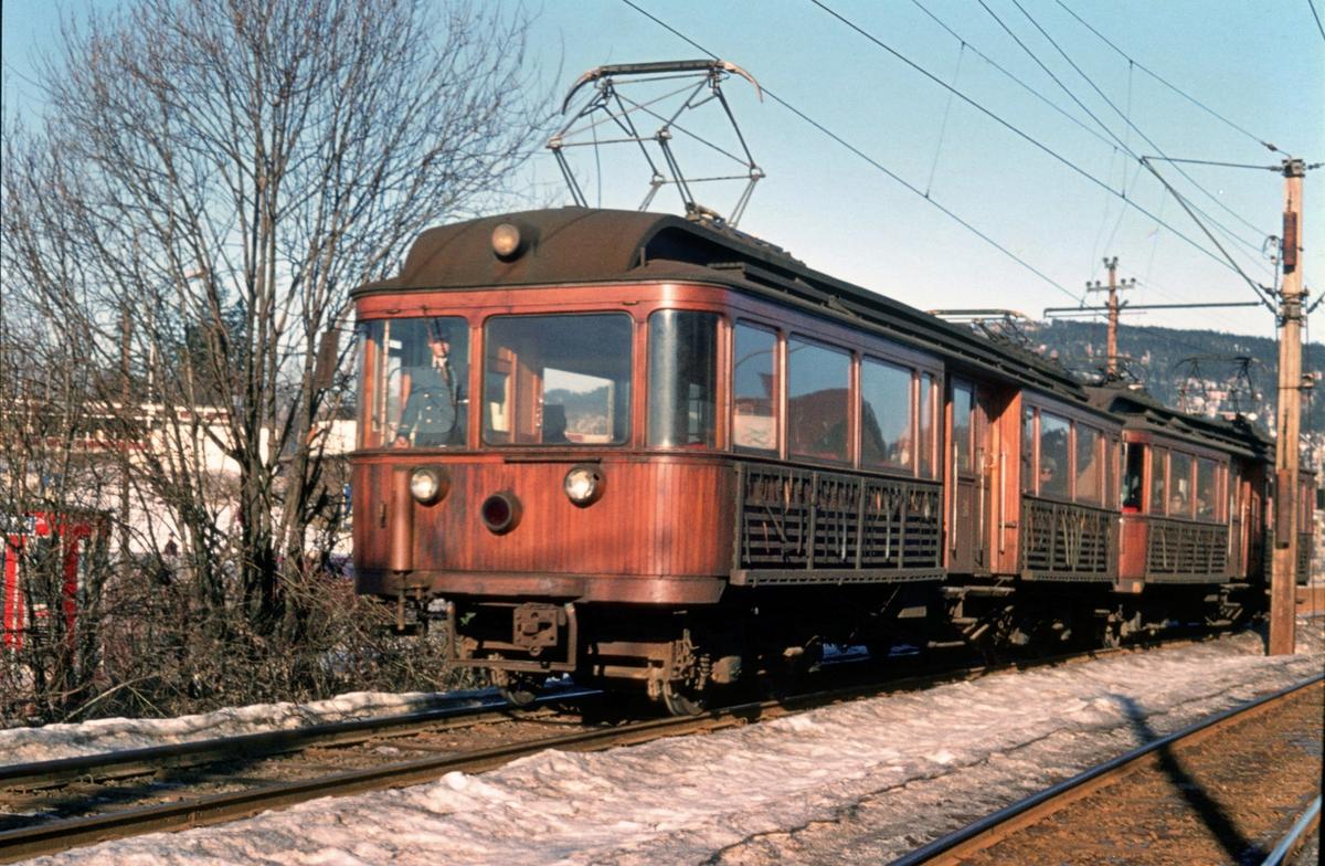 A/S Holmenkolbanen. Oslo Sporveier. Røabanen. Eiksmarka stasjon, vogn 31 og 37, type 1909 (Skabo, Westinghouse, HKB verksted) på vei mot Østerås.