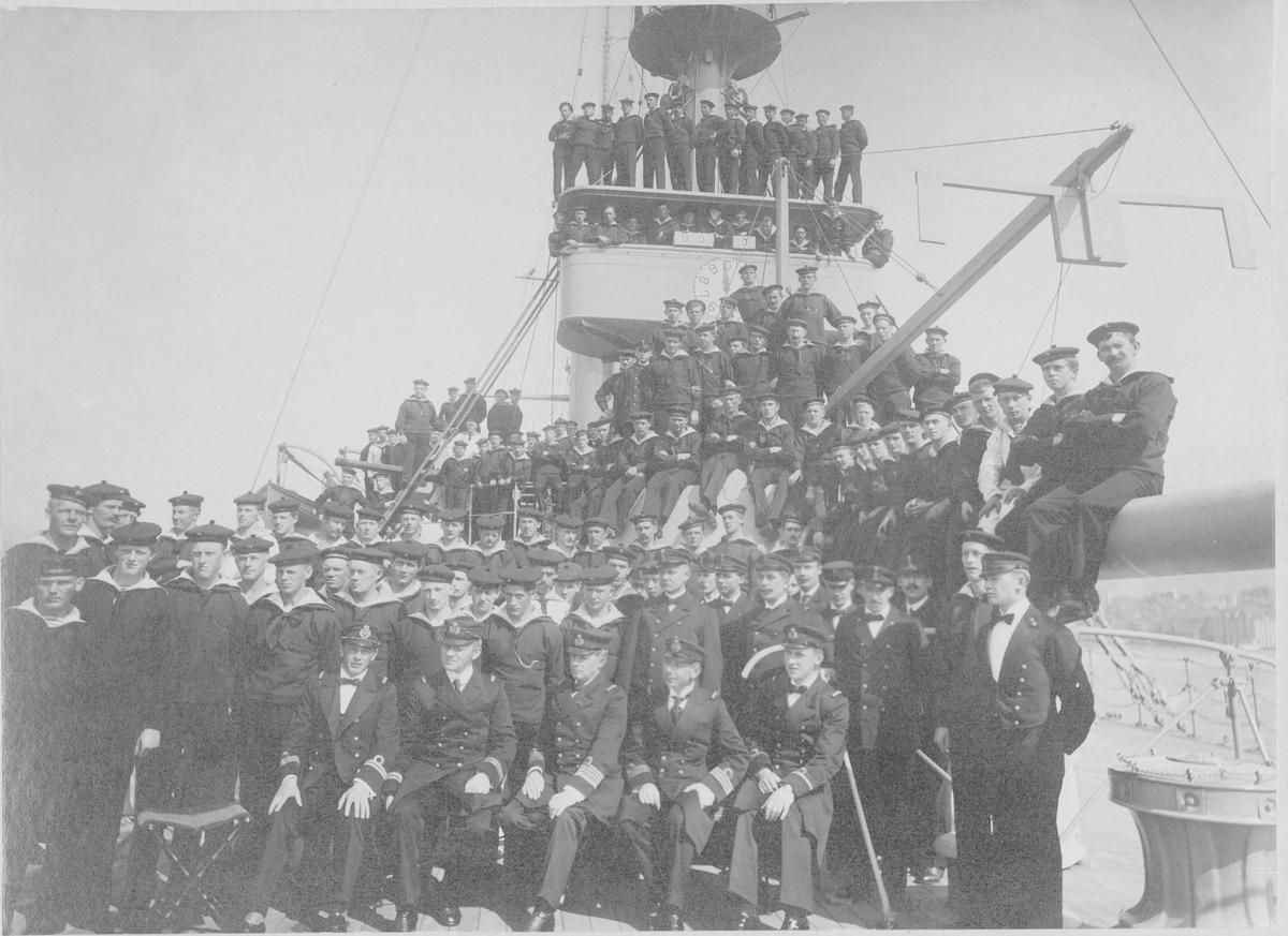 Motiv: Foto av P/s Tordenskjold eller Harald Hårfagre neutralitetsvænet 1915 Kommnadør Gabriel Kielland sitter i midten i forreste rekke. Han var sjef P/S Tordenskiold fra 1914 til 1916.