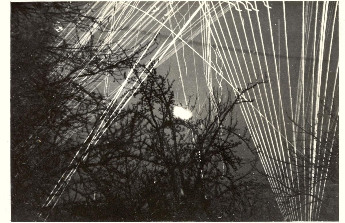 Motiv: Karljohansvern sperrild under bombingen den 23 feb 1945- Nattfoto. Tysk luftvern Horten 1944.