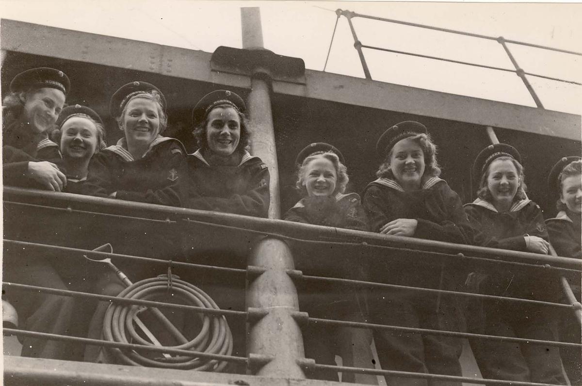 Motiv: Marinens Kvinnekorps 1942-1945.9 jenter om bord. (Draug 1942)     Avbildede personer: 8 av 9 identifisert