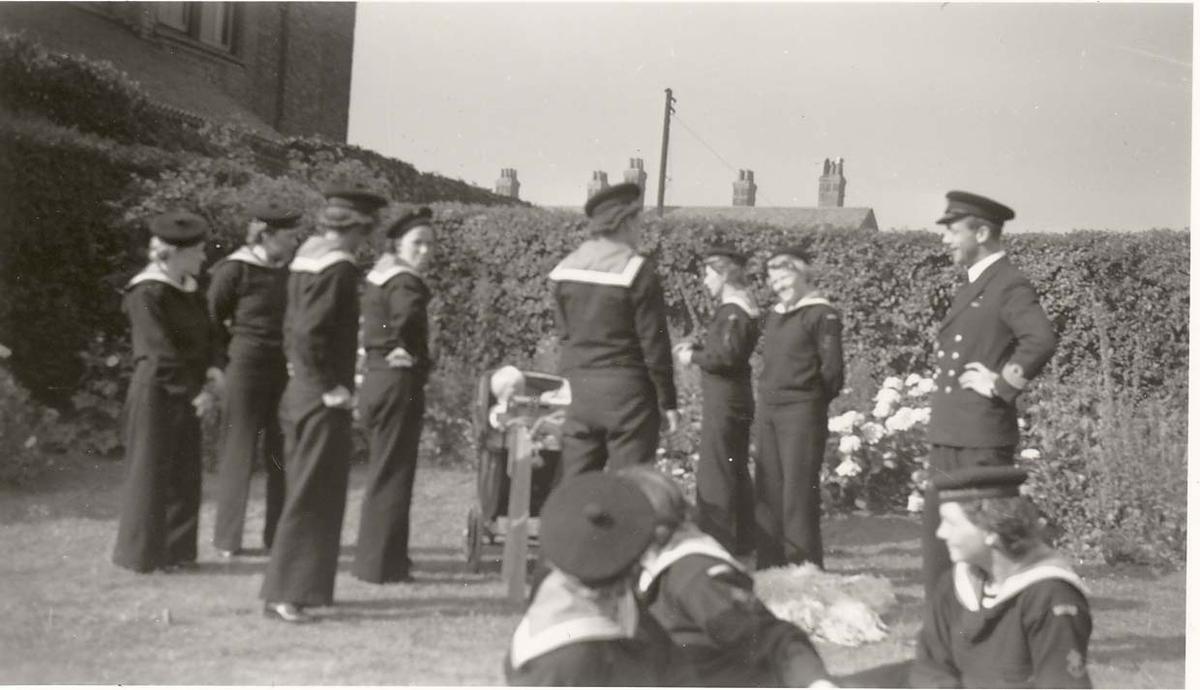 Motiv: Marinens Kvinnekorps 1942-1945. Barn i barnevogn på besøk