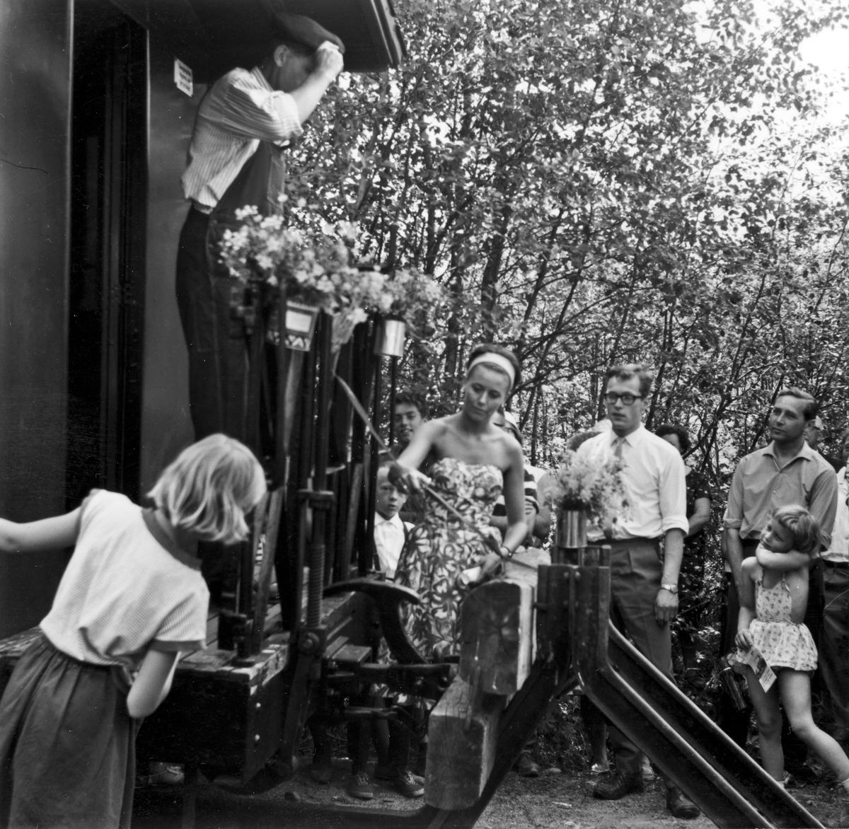 Fra den høytidelige åpningen av museumsbanen 19. juni 1966. Margrethe Wiegels foretar snorklippingen.