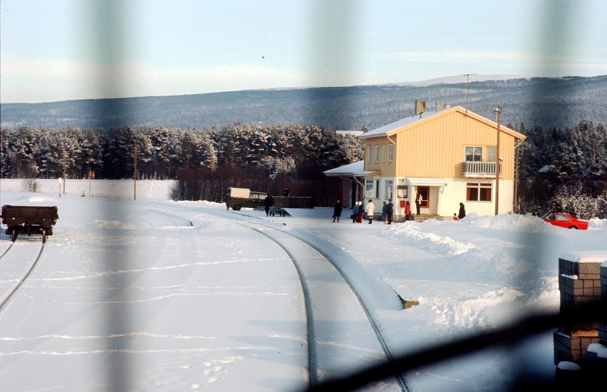 Os i Østerdalen, jernbanestasjonen. Sett fra lokomotiv i tog 301. Bygningen har fortsatt sine opprinnelige farger fra 1950-tallet; gult, hvitt, rosa og lyseblått.