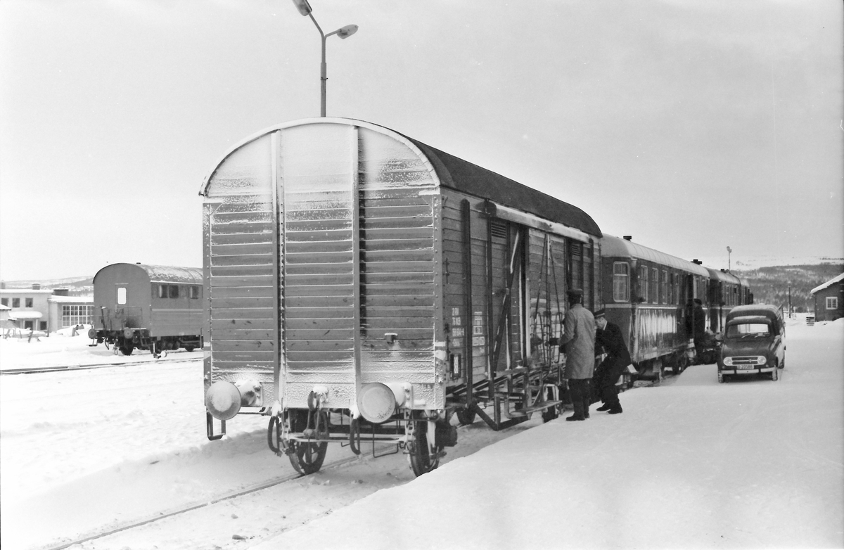 Tog 371, Hamar - Røros har ankommet Røros. Posten hentes fra den betjente postvognen (BDFS 91), og stykkgodsvogn skal skiftes til pakkhus.