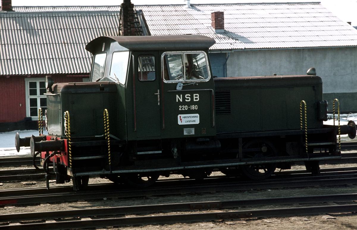 NSB skiftetraktor 220c 180 på Røros stasjon.