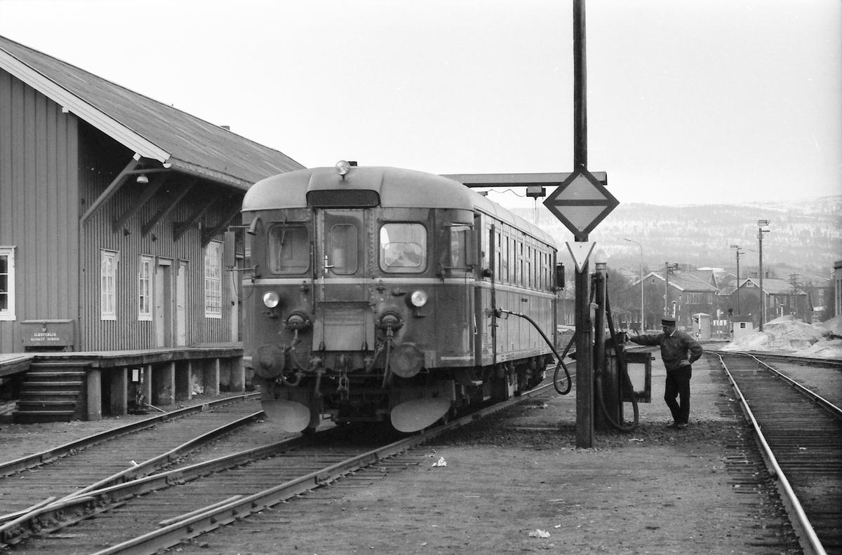 Fylling av diesel på NSB dieselmotorvogn BM 86F 22 på Røros. Togparet 371 og 372 (Hamar - Røros - Hamar).