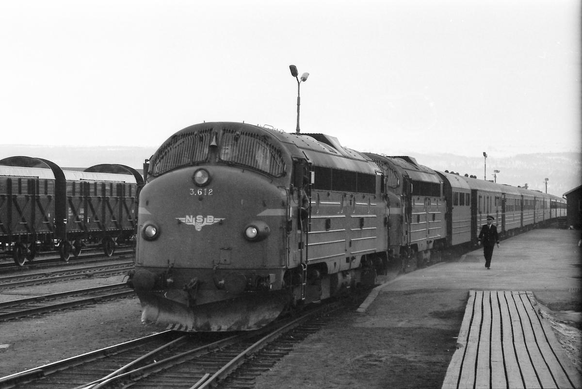 """""""Dovreekspressen"""", Et 404, på Røros stasjon. Pga. avsporing på Dovrebanen ble toget omdirigert via Røros."""