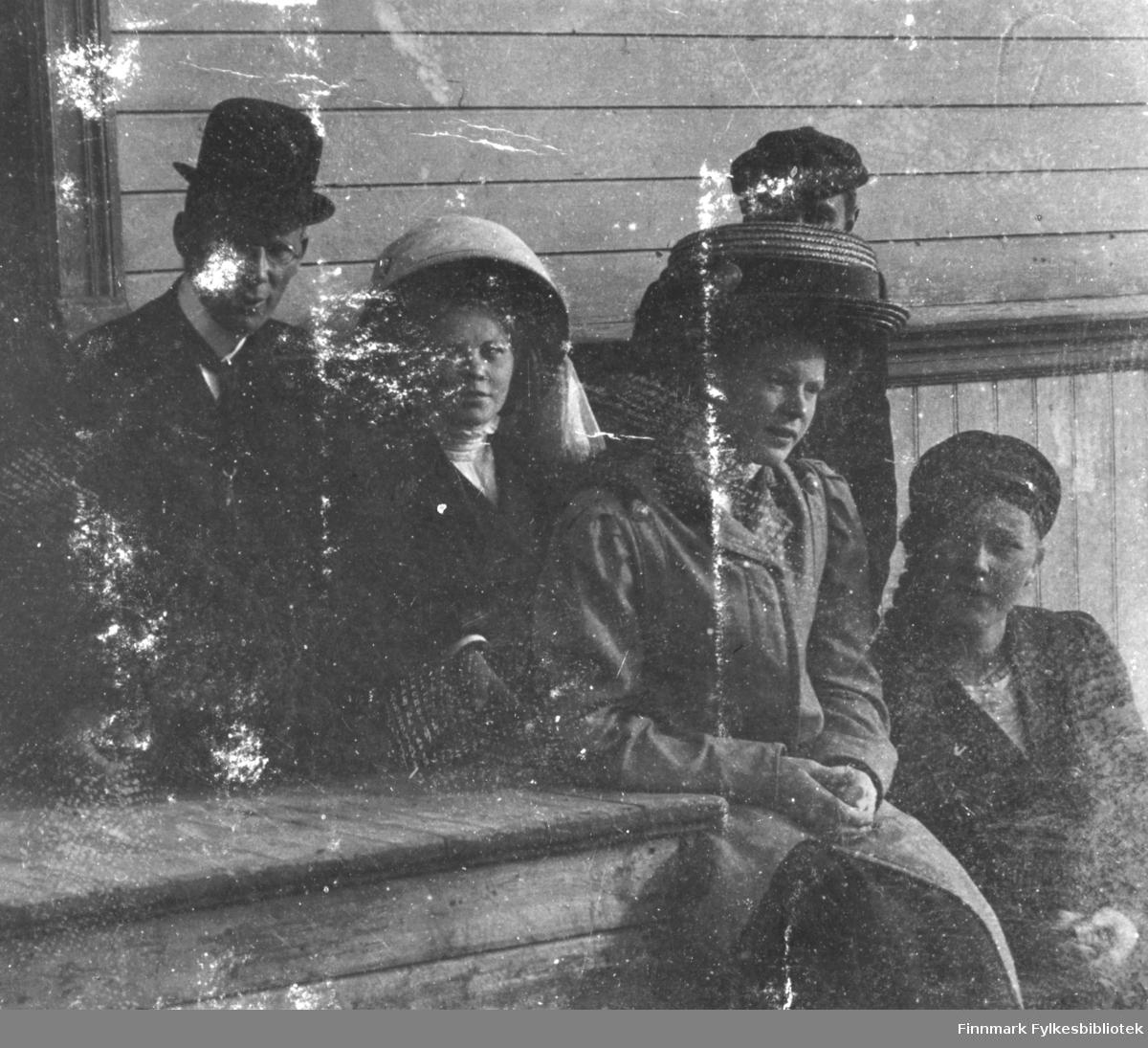 Utenfor Almestadgården i Vadsø 1911. Tre unge kvinner foran på bildet, fra venstre: Eldrid Øverdahl, Ruth Møller og Hildur Norvik. To unge menn i bakgrunnen. Vi vet ikke hvem de er