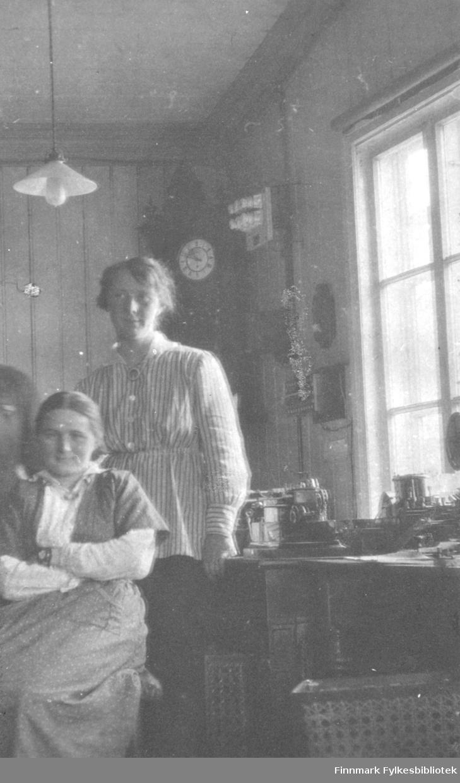 På den gamle telegrafstasjon i Vadsø 1917 eller 1918. Fra venstre Maia Persen og Hildur Norvik