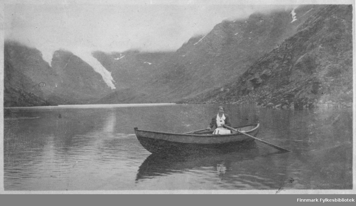 Kvinne ror på Bergsfjordvannet